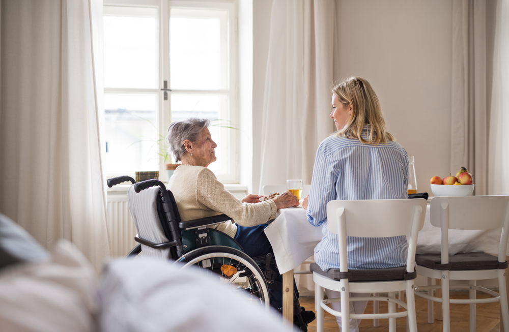 4 Tips For Dementia Caregivers to Follow at Mealtime